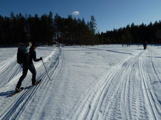Eine Weggabelung im Schnee