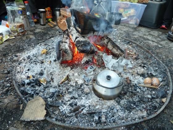 Lagerfeuer mit Frühstück