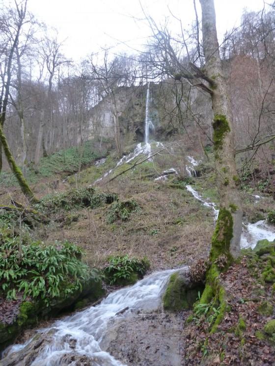 Ein Wasserfall bei Bad Urach grüßt zum Abschied.