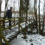 Verschneite Brücke über einem Bach