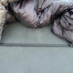 Quilt auf der Isomatte befestigt