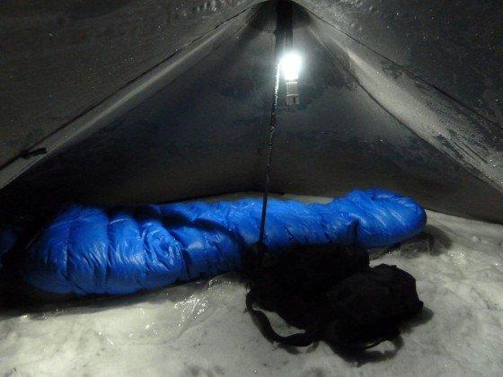 Schlafen beim Zelten im Winter